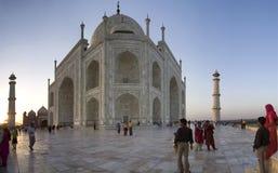 De lokale Indische toeristen bezoeken Taj Mahal Royalty-vrije Stock Foto