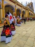 De lokale ingezetenen die zich voor jaarlijkse Guelaguetza verzamelen paraderen royalty-vrije stock fotografie