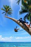 De lokale jonge geitjes die op een kabel slingeren slingeren in Lavena-dorp, Taveuni I Royalty-vrije Stock Foto's