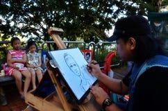 De lokale kunstenaar trekt een snelle schets van kinderen bovenop Penang H royalty-vrije stock afbeeldingen