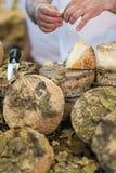 De lokale snijdende kaas van de delicatessenwinkelarbeider royalty-vrije stock foto's