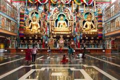 De lokale toeristen bezoeken het Namdroling-Klooster na gebed op 27 Maart, 2015 in Bylakuppe, India stock foto