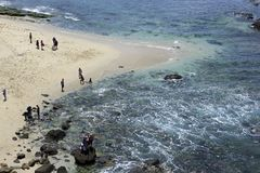 De lokale Toeristen bezoeken Papuma-Strand Royalty-vrije Stock Foto
