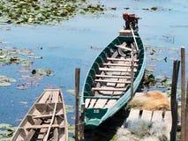 De lokale traditionele boot van de visserij lange staart van visser in meerrivier in aard, Phatthalung, Thailand Royalty-vrije Stock Foto
