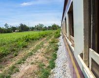 De lokale treinlooppas gaat het landbouwlandbouwbedrijf over Stock Foto