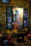 De lokale verkoper van het straatvoedsel bij een hoek in het Oude Kwart van Hanoi bij nacht Stock Afbeeldingen