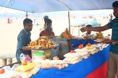 De lokale Verkoper van Snacks bij het Strand van de Jachthaven, Chennai India Stock Foto's