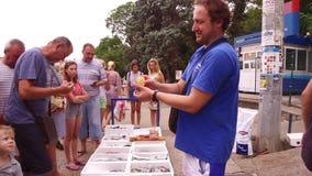 De lokale vissers verkopen vissen en oesters op de dijk stock video