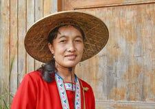 De lokale vrouw kleedde zich in traditionele kleding, Longji, China stock afbeelding