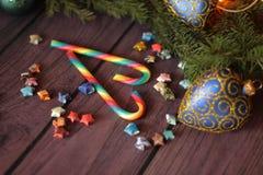 De lollys van het suikergoedriet en de tak van de Kerstmisboom Royalty-vrije Stock Afbeelding