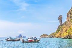 De Longtailboten legden het drijven in andaman overzees bij de rotseiland van Koh Kai of van de kip vast, Krabi, Thailand Stock Foto