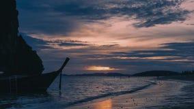 De Longtailboten parkeerden dichtbij het mooie Strand van Phra Nang tijdens zonsondergang stock video