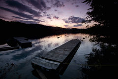 De lood van het dok weg aan zonsondergang. stock afbeeldingen