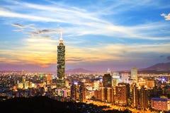 In de loop van de dag bekeken de horizon van Taipeh, Taiwan Royalty-vrije Stock Foto's