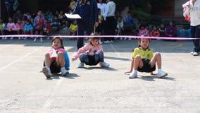 De looppas, kleuterschoolstudenten bestudeert Lichamelijke opvoeding stock footage