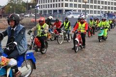 De looppas van bromfietsen op straten van Helsinki, kan 16 2014 Royalty-vrije Stock Foto's