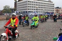 De looppas van bromfietsen op straten van Helsinki, kan 16 2014 Stock Fotografie