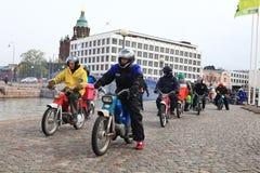 De looppas van bromfietsen op straten van Helsinki, kan 16 2014 Royalty-vrije Stock Afbeelding