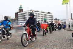 De looppas van bromfietsen op straten van Helsinki, kan 16 2014 Stock Afbeelding