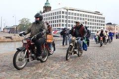 De looppas van bromfietsen op straten van Helsinki, kan 16 2014 Royalty-vrije Stock Afbeeldingen