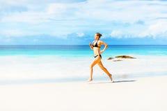 De looppas van de vrouw op het strand royalty-vrije stock afbeeldingen