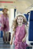 De looppas van het het blondemeisje van Ute vanaf haar moeder bij de trein Royalty-vrije Stock Afbeeldingen