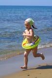 De looppas van het meisje op een strand Stock Afbeeldingen