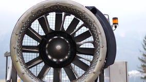 De looppas van het sneeuwkanon bij een langzame snelheid Begin van omwenteling van de turbine stock footage