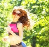 De looppas van het sportenmeisje in parkeffect films royalty-vrije stock foto's