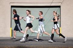 De looppas van het viertal in de stad voor oefening. Stock Fotografie