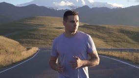 De looppas van de portretmens op de weg aan de bergen, langzame mo stock videobeelden