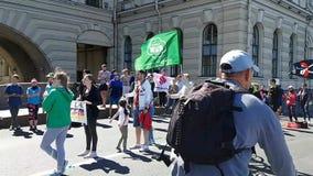 De de lopende atleten en Amateurs van de ventilators actief steun tijdens de marathon van St. Petersburg stock footage