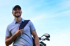 De lopende en dragende zak van de golfspeler op cursus tijdens de zomerspel het golfing royalty-vrije stock afbeeldingen