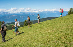 De lopende leurders bewonderen het landschap van Dolomietbergen Zuid-Tirol, Italië Stock Afbeelding
