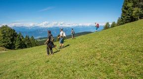 De lopende leurders bewonderen het landschap van Dolomietbergen Zuid-Tirol, Italië Stock Afbeeldingen