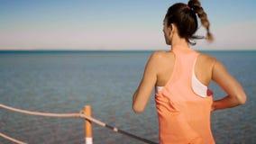 De lopende looppas van het vrouwen in openlucht strand stock footage