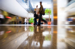 De lopende mensen in moderne zaken centreren stock fotografie