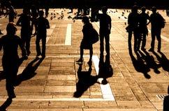 De lopende mensen silhouetteren Stock Afbeelding