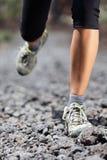 De lopende vrouw van de sleep op berg Royalty-vrije Stock Foto
