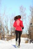 De lopende vrouw van de winter in sneeuw Royalty-vrije Stock Foto's