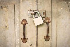 De loper is slot op oude houten deur uitstekende toon Stock Fotografie