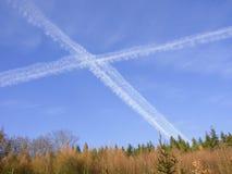 ` de los Chem-rastros del ` de los aviones que cruzan el cielo Foto de archivo libre de regalías