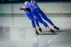 De los hombres jovenes de los atletas del patinador rollo igualmente imagen de archivo libre de regalías