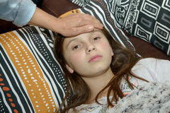 De los jóvenes adolescente pre con dolor de cabeza Fotos de archivo