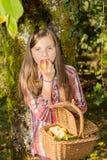 De los jóvenes adolescente pre que come la manzana en el jardín Imagen de archivo