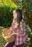 De los jóvenes manzanas de la cosecha del adolescente pre en el jardín Fotografía de archivo
