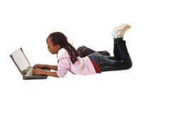 Muchacha adolescente con el ordenador portátil. Foto de archivo libre de regalías