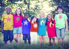 De los niños de la amistad de la vinculación de la felicidad concepto al aire libre Imagen de archivo libre de regalías