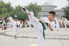 de los niños de Xi'an el Taekwondo en funcionamiento del cuadrado del museo de Xi'an Foto de archivo libre de regalías