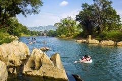 De los turistas de la tubería río de la canción abajo en Vang Vieng, Laos Imagen de archivo